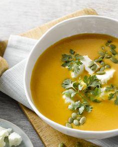 Een snel, voedzaam gerecht, deze maaltijdsoep van geroosterde zoete aardappel, wortel en feta. Deze soep lepelt heerlijk weg met een krokant stukje brood erbij.