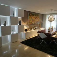 #Diseñointerior Ambiente marcado por detalle en pared formado por piezas cubicas desfasadas madera laquedas creando juegos dinámicos con la iluminacion. Ideal para #habitacion #sala o #restaurante Ve...