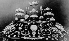 Un anno dopo la Gloriosa Rivoluzione destituiva la regina Isabella.  Molti di questi goielli furono venduti in esilio.  Qualcuno no. Per esempio, riconosco (al centro, la terza dall'alto) la tiara Mellerio, creata per le nozze dell'Infanta Isabel con Gaetano di Borbone Napoli (#entry288055801).  L'Infanta perse il marito, ma conservò per tutta la vita la tiara, oggi molto usata dalle principesse attuali.
