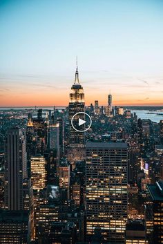 New York from above - a must! We compare the best vantage points in New York and provide tips to visit the viewing platforms. Nyc Skyline, New York City Skyline, Aesthetic Backgrounds, Aesthetic Wallpapers, New York From Above, Visualisation, Fairytale Castle, Nice View, Empire State Building
