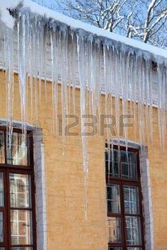 Cubiertas de nieve del techo con grandes carámbanos.