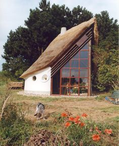 Unique cob home by Danish building master Fleming Abrahamsson along with his friend Ianto Evans.