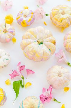 Halloween Decorations : DIY Marbled Pumpkins -- A cute and easy no-carve pumpkin idea. Modern Halloween, Pretty Halloween, Fall Halloween, Halloween Crafts, Halloween Party, Classy Halloween, Adult Halloween, Thanksgiving Nail Art, Pumpkin Decorating