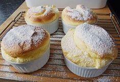Zutaten 4 Ei(er) 6 EL Zucker 1 Becher Sauerrahm 2 EL Mehl Zubereitung Die Eier trennen. Zucker mit Eiweiß steif...