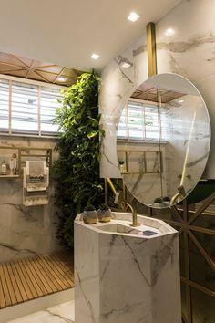 Esse banheiro é pura inspiração! Parede de plantas, espelho redondo, elementos em mármore branco e dourado, é um pouco de tudo que está na moda hoje em dia, e fica muito lindo junto, né? E o que não pode faltar em um ambiente assim, são os Spots Supimpas da Avant, que destaca os objetos e proporciona um qualidade de iluminação incrível. Se você gostou desse banheiro, não deixa de salvar pra se inspirar!