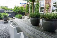 Tuinstijl: Modern, minimalistisch en Scandinavisch - Stek Woon & Lifestyle Magazine Oil Barrel, Shade Garden, Outdoor Gardens, Home And Garden, Garden Cottage, Garden Design, Planters, Sidewalk, New Homes