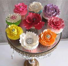 Flower Cupcakes Funny Cupcakes, Pretty Cupcakes, Flower Cupcakes, Fondant Flowers, Sugar Flowers, Cupcake Arrangements, Cupcake Decorations, Cupcake Ideas, Mini Cakes