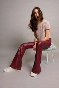 Calça Nova Iorque vinho. Nosso modelo feito em couro sintético, deixa qualquer look descolado e chic.