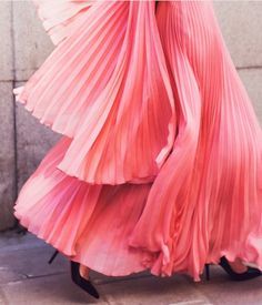 pretty in pink long and flowy and ruffles and pleats: idk what it is, but i like Fashion Week, Look Fashion, Fashion Clothes, Fashion Shoes, Coral Fashion, Pastel Fashion, Fashion 2018, Skirt Fashion, Fashion Models