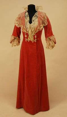 Velvet dinner dress, 1904 - I like the way the lace peeks out of those folded back sleeves