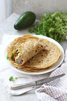 Prosty przepis na pyszne tortille bezglutenowe bez jajek i nabiału. Elastyczne, nie łamią się i długo zachowują swieżość. Idealne do zawijania z farszem. Healthy Pizza Sauce, Healthy Tacos, Healthy Treats, Gluten Free Recipes, Baking Recipes, Vegan Recipes, Vegan Lunches, Gluten Free Dinner, Cheap Meals
