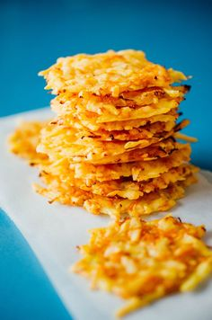 Baked Gouda Cheese Crisps w/Carrots. A simple combo of Gouda cheese and carrots baked into a healthy crispy snack. Cheese Crisps, Baked Cheese, Keto Cheese, Gouda Cheese Recipes, Gouda Recipe, Carrot Recipes, Healthy Chicken Recipes, Low Carb Recipes, Snack Recipes