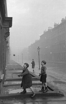 Glaswegian children playing in a street in the Gorbals. The Gorbals tenements were built quickly and cheaply in the providing housing for Glasgow's burgeoning population of industrial workers. Get premium, high resolution news photos at Getty Images Old Photography, Street Photography, London History, Photo Black, Photo Essay, Black And White Pictures, Vintage Photographs, Historical Photos, Picture Show