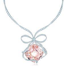 Tiffany & Co. -  ティファニー アニバーサリーモルガナイト ネックレス: この世にふたつとない、 ダイヤモンドのリボンによって彩られた175カラットのモルガナイト ネックレス。 リボン中央にはプラチナにセットしたティファニーノヴォ™ ダイヤモンドがあしらわれています。 クッションカット モルガナイト 175.72カラット。ティファニーノヴォ™ ダイヤモンド 2カラット、 カラー グレードF。ラウンド ブリリアント カット ダイヤモンド 合計17.09カラット。