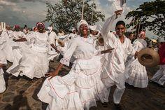 """CURRULAO.  El currulao es un ritmo musical, aunque estrictamente hablando hace referencia al baile folclórico colombiano autóctono de la Región Pacífica, cuyas variantes también se pueden observar en regiones del Ecuador. Tradicionalmente fue conocido como bambuco viejo, y es un baile orientado hacia el cortejo. Su origen está estrechamente relacionado con la cultura afrodescendiente de la región.  La palabra currulao hace alusión a la palabra """"Cununao"""" que hace referencia los tambores de…"""