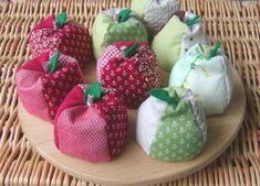 りんご 洋梨 お手玉 Book Crafts, Diy And Crafts, Japanese Sewing, Fabric Scraps, Traditional Art, Folk Art, Needlework, Christmas Ornaments, Toys