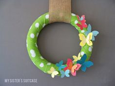 Make a paint chip wreath with this easy wreath tutorial. DIY wreath made with paint chips for home decor in spring season. DIY spring wreath idea for home. Diy Spring Wreath, Diy Wreath, Spring Crafts, Wreath Ideas, Burlap Wreath, Paint Chip Art, Paint Chips, Diy Butterfly, Butterfly Painting