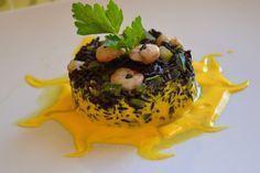 Riso venere con zucchine, gamberetti e crema allo zafferano