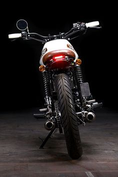 'Dad Bod', as you will probably know, is a slang term referring to a body shape particular to middle-aged men. Think of it as a shape that's not trying too hard, but still looks pretty damn good. El Andrej, the Slovenian builder of this cool little Suzuki GSX400 brat may or may not have one...