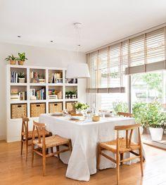 Comedor con mesa cuadrada y librería_ 00411159