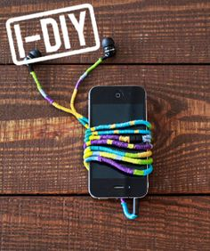 DIY Headphone Wrap - Earbud Cord How To That seems easy enough! Diy Projects To Try, Crafts To Do, Cute Headphones, Wrapped Headphones, Iphone Headphones, Headphone Wrap, Diy Stockings, Diy Cadeau, Diy Accessoires