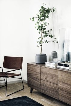 Finnish home with dark furniture (COCO LAPINE DESIGN)