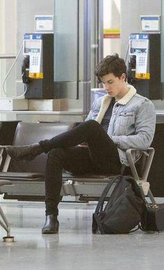 Shawn mendes at Toronto airport. Shawn Mendes Memes, Shane Mendes, Mendes 98, Mendes Army, Shawn Mendes Toronto, Ed Sheeran, Aaliyah, Fangirl, Foto Gif