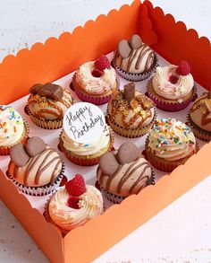 How YOOOOOOU doing? I've pretty much spent most of my life watching Friends. I started watching it when I was. Fathers Day Cupcakes, Happy Birthday Cupcakes, Themed Cupcakes, Cupcake Piping, Cupcake Cakes, Delicious Desserts, Dessert Recipes, Yummy Food, Gourmet Cupcake Recipes