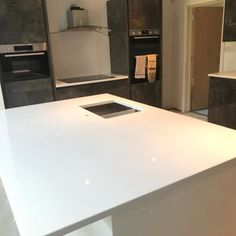 Installed This is a perfect example of the Aspen De Lusso in a large kitchen space. The kitchen consists of a two-tone colour scheme with beautiful crisp white glitter worktops. White Glitter, Aspen, Granite, Color Schemes, R Color Palette, Colour Schemes, Color Palettes