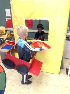 Begeleide of zelfstandige activiteit - McDonalds drivein Dramatic Play Themes, Dramatic Play Area, Dramatic Play Centers, Kindergarten Morning Work, Kindergarten Classroom, Classroom Themes, Classroom Resources, Preschool Centers, Preschool Ideas