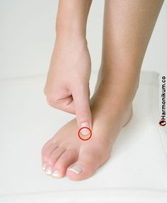 Acupuncture has been used in China for thousands of years, and selecting the right points can significantly reduce physical pain or mental imbalances, as well as improve general well-being. Acupressure Treatment, Acupressure Points, Massage Pressure Points, Reduce Bloating, How To Relieve Headaches, Neck And Shoulder Pain, Physical Pain, Abdominal Pain, Massage Therapy