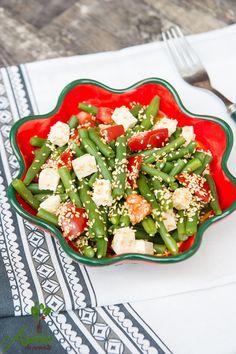Salata de fasole verde cu susan este numai buna de luat in borcan la birou dar la fel de bine o poti mana si acasa. Healthy Recipes, Healthy Food, Pasta Salad, Tofu, Ethnic Recipes, Green, Romania, Recipes, Healthy Foods
