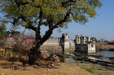 http://www.ibeautifulplacestovisit.com/2014/07/24/chittorgarh-fort-india/