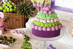 Candy bar o mesa de chuches con una paleta de colores en morado y verdes. Tarta…