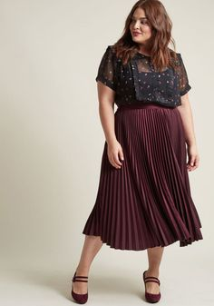 Polished Pleated Midi Skirt in Burgundy - Mode Heuteweb Pleated Skirt Outfit, Belted Dress, Skirt Outfits, Shirred Dress, Plus Size Fall Fashion, Curvy Fashion, Girl Fashion, Fashion Outfits, Moda Fashion