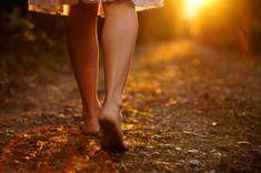 Sie können, indem Sie regelmäßig barfuß laufen, den natürlichen Gang wieder erreichen. Man tonisiert die Füße und ganz besonders, ihren unteren Teil...