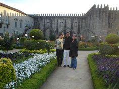 Jardim de Santa Bárbara do Paço Episcopal Bracarense, em Braga, Portugal. Com Maria da Graça e Rosângela Olyntho || Foto: Pedro Andrade