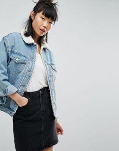 ASOS - Veste en jean doublée imitation peau de mouton - Bleu délavé moyen