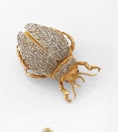 buccellati broche scarabee   Photo Tajan Insect Jewelry, Bird Jewelry, Animal Jewelry, Jewelry Art, Vintage Jewelry, Fashion Jewelry, Jewelry Design, Bracelets Articulés, Beautiful Bugs