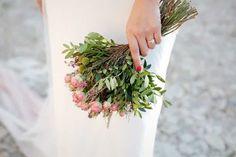 Ramos de novia sencillos: 100 propuestas con encanto Bridal, Bouquet, Table Decorations, Plants, Wedding, Florists, Sun, Groom Style, Wedding Hair Styles