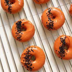 Tänään Lunnin donitsitehtaalla halloween-donitsit tekeillä 🎃 #lunnileipoo #donitsit #uunidonitsit #halloween