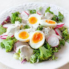 Sałatka z brokułami, jajkiem, rzodkiewką i sosem jogurtowym