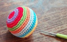 pelota sonajero tejida a ganchillo, dentro lleva un cascabel que al mover la pelota suena. #pelota #amigurumi #crochet #sonajero
