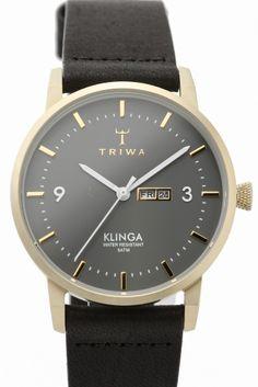 TRIWA KLINGA KLST107  TRIWA KLINGA KLST107 32400 TRIWA(トリワ)よりKLINGAシリーズのご紹介です TRIWAでは初めてとなるスリムケースを採用したコレクション スウェーデン語でブレードや刀の刃という意味をもつKLINGA/クリンガは 名前の通り薄くエッジの効いたケースとラグを組み合わせ 細かく刻んだインデックスと特徴的なアラビア数字 針とデイデイトを採用した実用的なモデルです 真鍮のようなブラッシュゴールドとグレーのコントラストが アンティークのような落ち着きと美しさを感じさせてくれる TRIWAらしいモダンでレトロ感ある逸品 微細な加工と王冠のマークを配した実用性の高いリューズや ストックホルムの老舗タンナーTARNSJO社で鞣した オーガニックレザーはTRIWAだけの特別なディティールです ご自身用に贈り物用に シーンを問わずデイリーにお使いいただけるTRIWA 是非ご検討くださいませ 素材ステンレス ベルトオーガニックレザー ムーブメントクォーツ 防水性5気圧防水 TRIWA/トリワ…