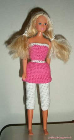 Barbiejurkje met legging (Amy garen - Zeeman). Door Juf Leej. Barbie Knitting Patterns, Barbie Patterns, Doll Clothes Patterns, Blog Crochet, Crochet Dolls, Crochet Baby, Crochet Barbie Clothes, Baby Doll Clothes, Accessoires Barbie