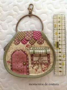 Sewing moments: Key house 1 of 3 Patch Quilt, Applique Quilts, House Quilts, Fabric Houses, Quilting Projects, Sewing Projects, Fabric Crafts, Sewing Crafts, Key Covers