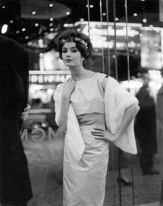 Gitta Schilling in shantung-duchesse evening dress with bead embroidery by Horn, photo by Hubs Flöter, 1955