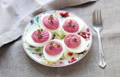 Mimosa eggs with beetroot Cooking Time, Cooking Recipes, Egg Ingredients, Brunch, Snacks Für Party, Recipe Link, Deviled Eggs, Beetroot, Finger Foods