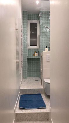 Lille badeværelse med toilet, 1 m bred. Bathroom Design Layout, Home Room Design, Bathroom Design Small, House Design, Small Toilet Room, Small Bathroom With Shower, Narrow Bathroom, Small Bathroom Interior, Tiny Bathrooms