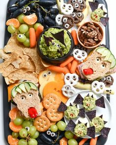 Instead of tons of candy, you can make these easy Halloween snack ideas that you can actually feel good about feeding to your family, thanks to Whole Foods. halloween desserts Easy Halloween Snack Ideas - Fork and Beans Halloween Desserts, Comida De Halloween Ideas, Easy Halloween Snacks, Recetas Halloween, Hallowen Food, Halloween Appetizers, Halloween Dinner, Halloween Make, Halloween Cupcakes